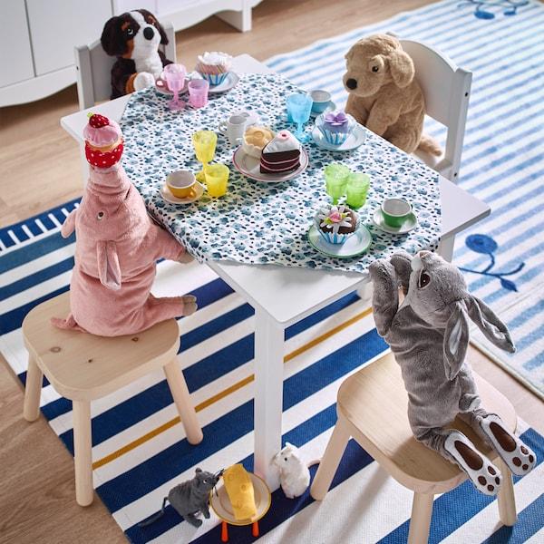 Spielzeug für Kinder VANDRING HARE Stoffhase am Tisch mit anderen Stofftieren