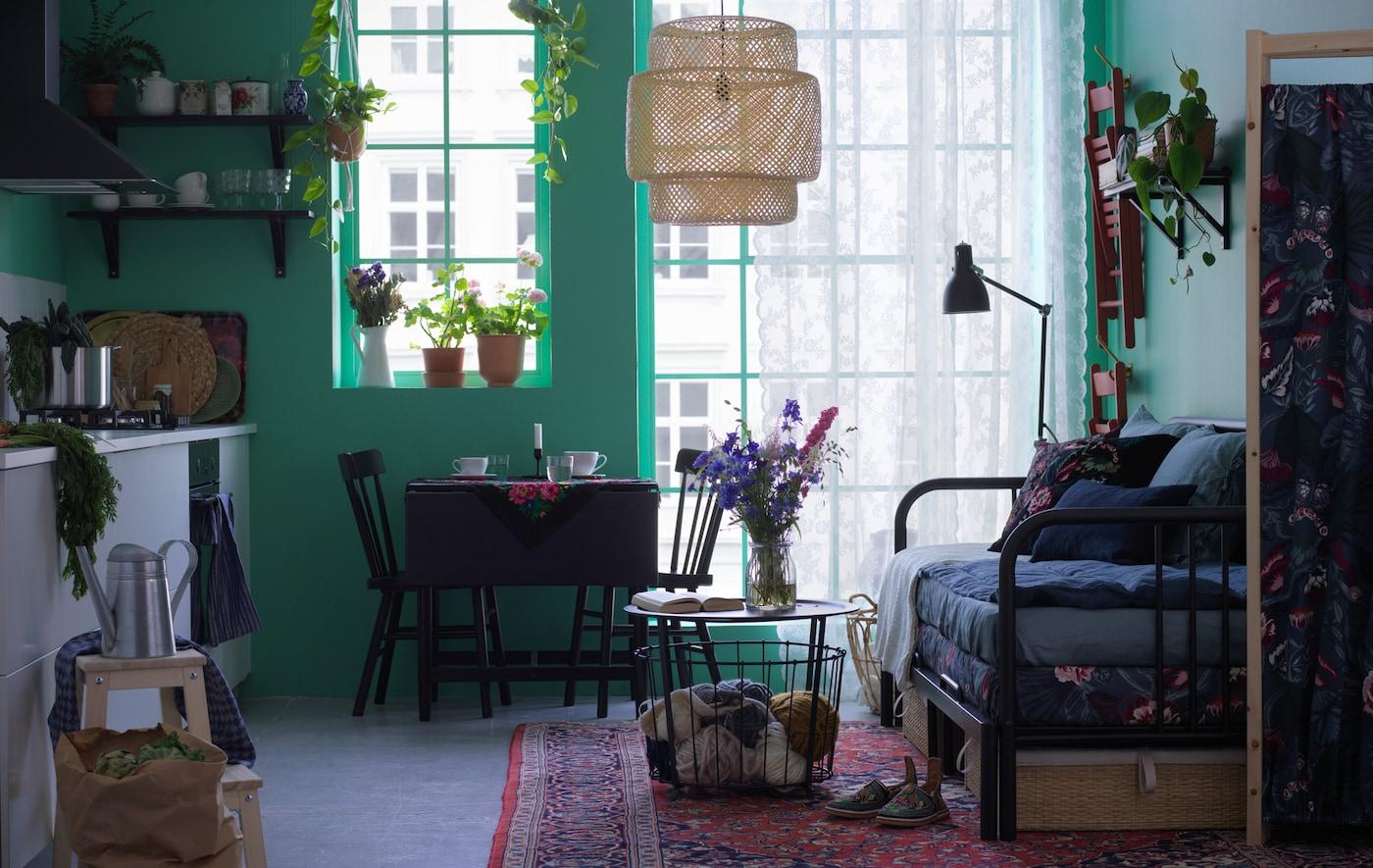 سرير نهاري FYRESDAL في غرفة جلوس مع طاولات وكراسي.
