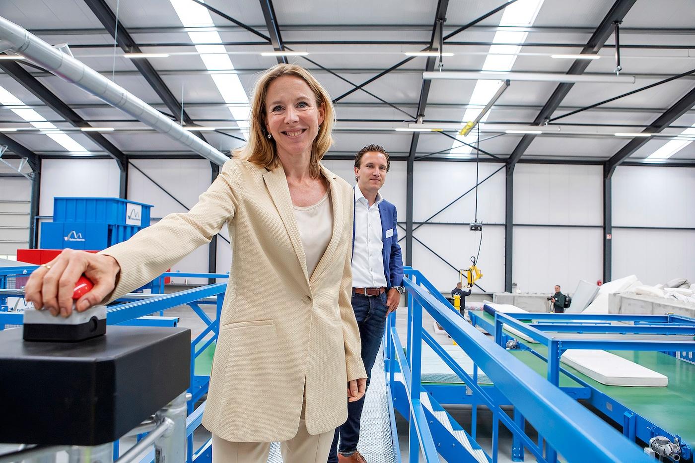 Staatssecretaris Van Veldhoven opent vierde matrasrecyclingfabriek RetourMatras tot stand gekomen door de hechte samenwerking tussen RetourMatras, IKEA, Renewi en Ikano Industry.