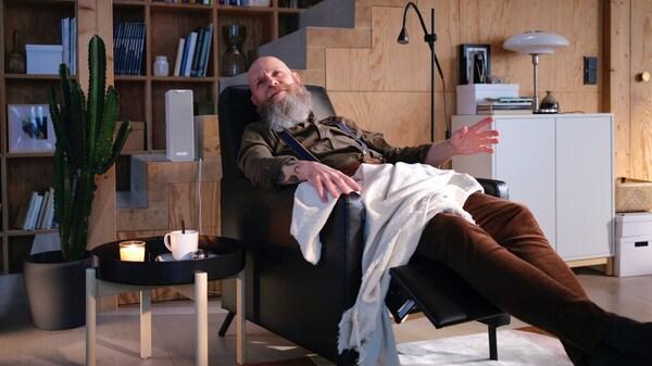 Starszy mężczyzna odpoczywający na fotelu