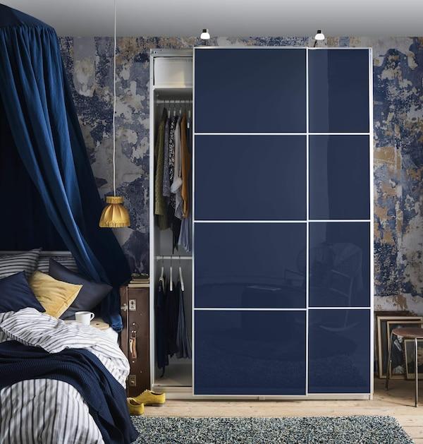 стеклянные поверхности в интерьере спальни