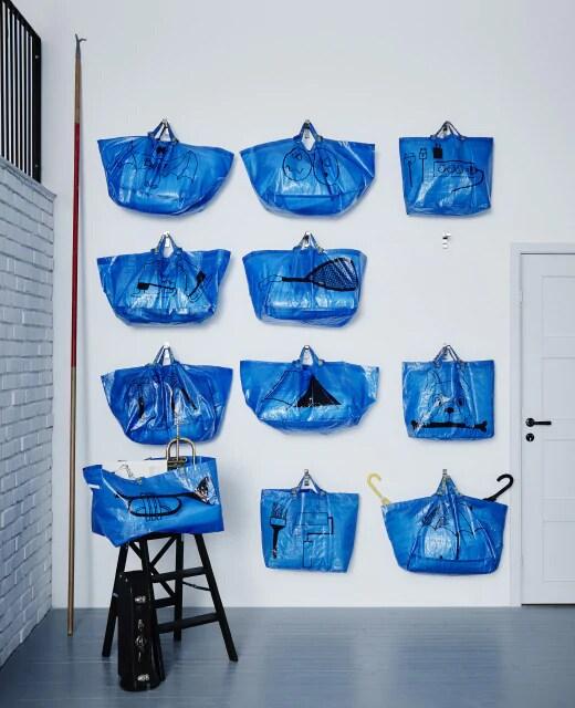 Стена для хранения из 11 синих сумок ИКЕА: просто и недорого