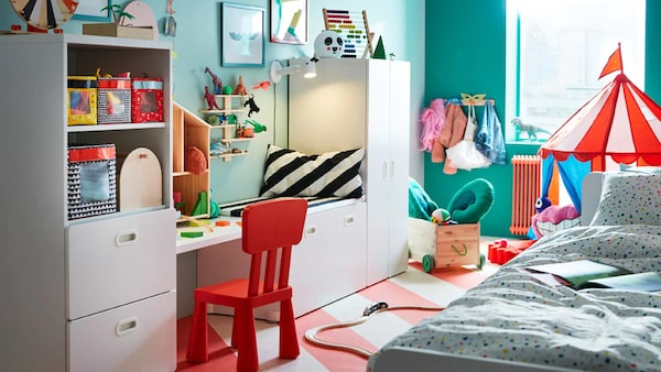 Step into a colourful children's bedroom with CIRKUSTÄLT white and red striped tent, and organised with STUVA smooth white storage benches for toy storage.