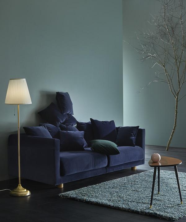 """STOCKHOLM 2017 3er-Sofa mit Bezug """"Sandbacka"""" in Dunkelblau in einem Wohnzimmer"""