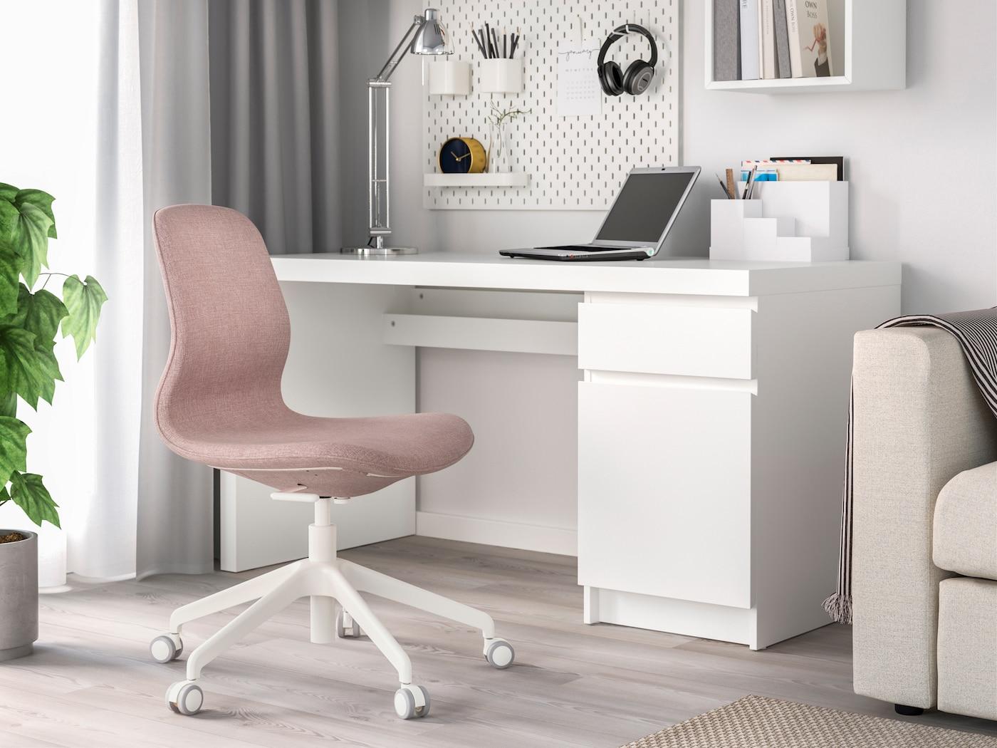 Стол МИККЕ белый в интерьере комнаты