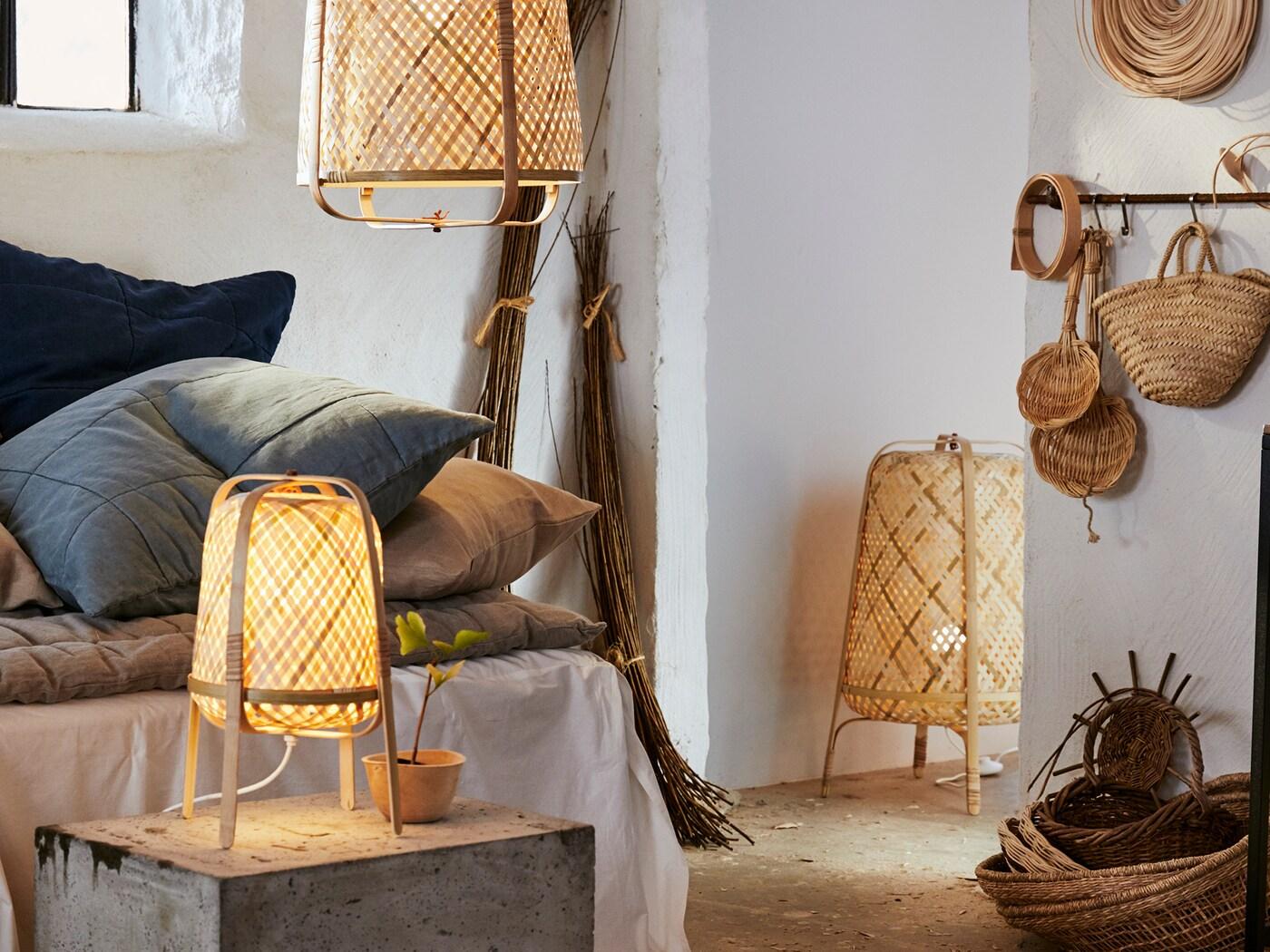 Stôl. stojacia a závesná lampa KNIXHULT v spálni vo vidieckom štýle.