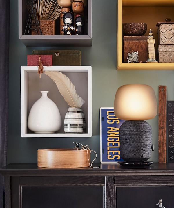 Stolek s lampou/wifi reproduktorem, nástěnné úložné díly