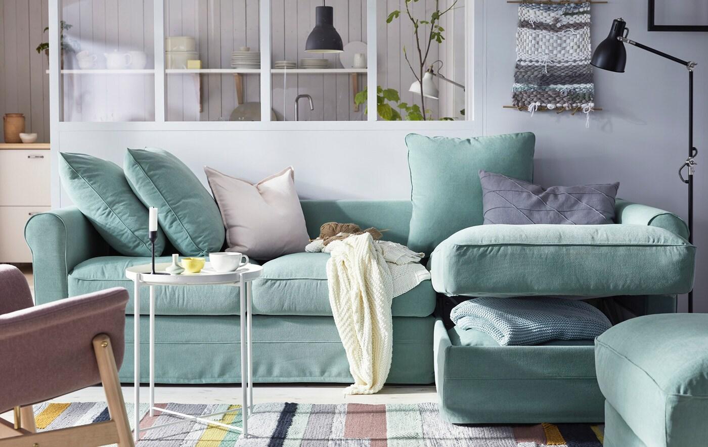 Stor U-formet sofa i et rum med synlige bjælker.