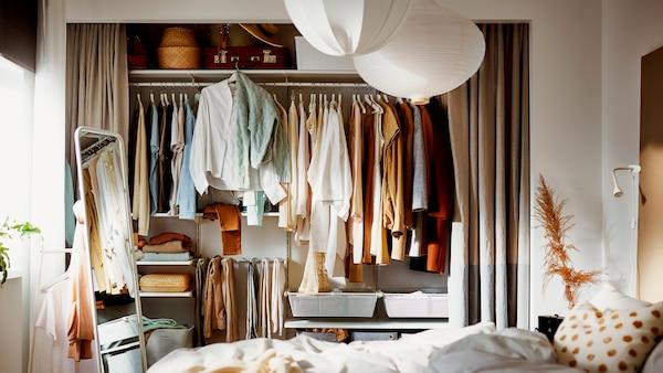 Stort ljust sovrum med BOAXEL inbyggd klädförvaring.