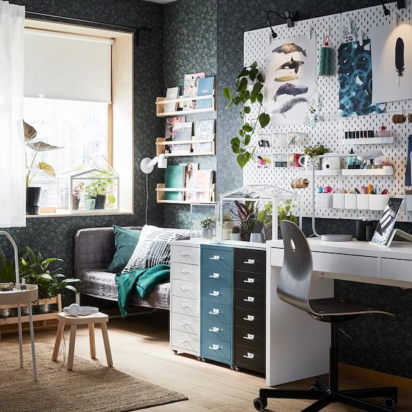 Strahle Wandflächen oder Bilder an, setze Spots in Vitrinen oder Schränken ein – mach deinen Arbeitsplatz schöner!