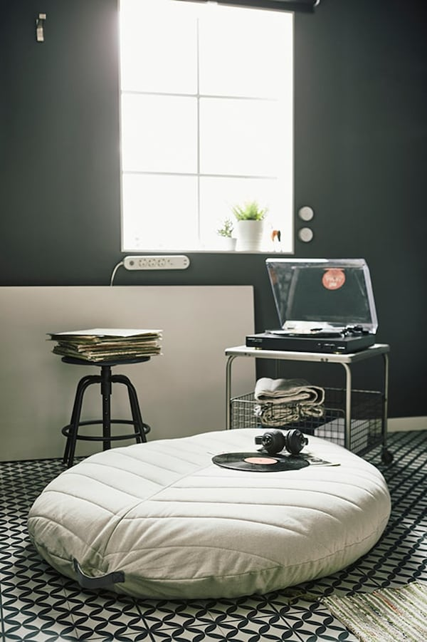 Studio apartment — 15 m2 — tips for living small — DIHULT pouffe — IKEA interior inspiration