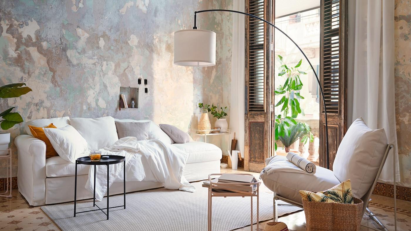 Stue med hvid GRÖNLID sofa og HAVSTEN lænestol