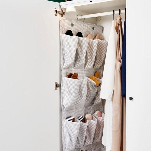 STUK-kengän järjestäjä, joka on täynnä erilaisia kenkiä ja roikkuu kaapin ovessa.