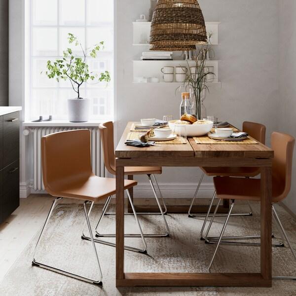 Stůl v hnědě mořené dubové dýze, čtyři židle se zlato-hnědou kůží, závěsná lampa