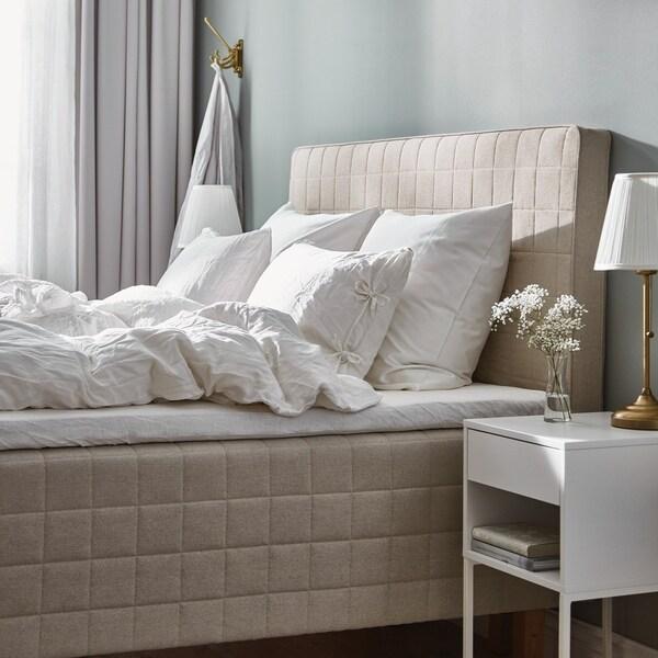 STUVLAND-runkopatja, valkoisia vuodevaatteita ja yöpöytä