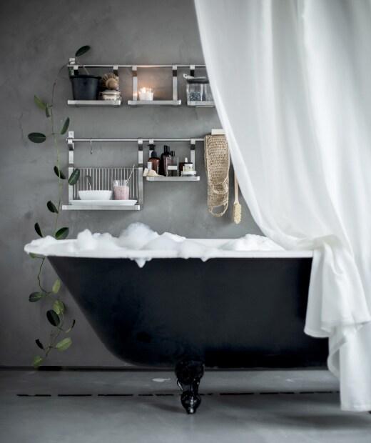 Stwórz w swojej łazience relaksującą strefę spa, a obok wanny powieś półkę ENUDDEN.
