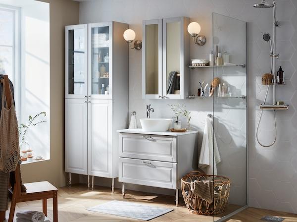 Susun atur bilik anda dengan mudah menggunakan siri perabot IKEA GODMORGON. Laci putih mempunyai pintu boleh ditarik sepenuhnya dan ditutup secara senyap.