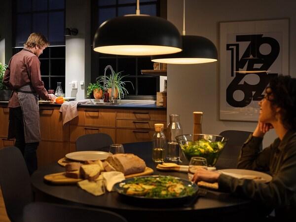 Suuret keittiön kattovalaisimet valaisevat huoneen älyvalolla.