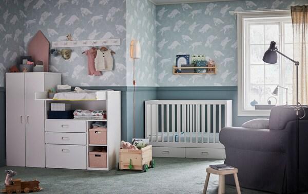 Suuri IKEA EKTORP harmaa nojatuoli on hyvä imetystuoli. Siinä on irrotettavat pestävät päälliset ja hyvin tilaa LEN imetystyynylle.