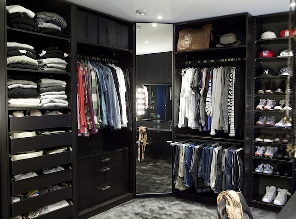 Svart walk-in-garderobe.