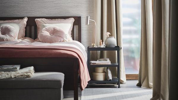 Svetlá a usporiadaná spálňa vo sviežom jarnom štýle so zatemňovacími závesmi BRITNA a posteľou IDANÄS s posteľnými obliečkami KRANSKRAGE.