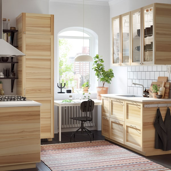 Светлая кухня с традиционными шкафами из ясеня и стекла.