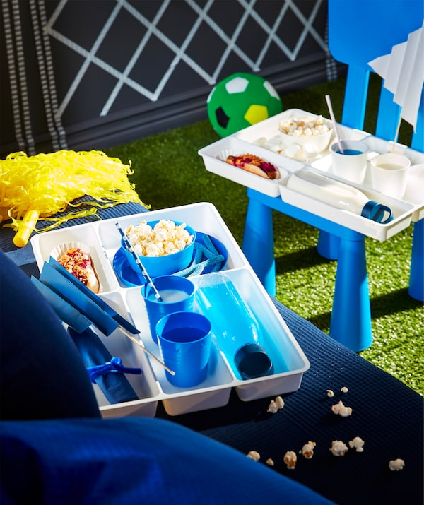 صواني أدوات طعام مستخدمة كمنظمات طعام مخصصة لمشجعي كرة القدم، مع أقسام للمشروبات، والوجبات الخفيفة واللافتات.