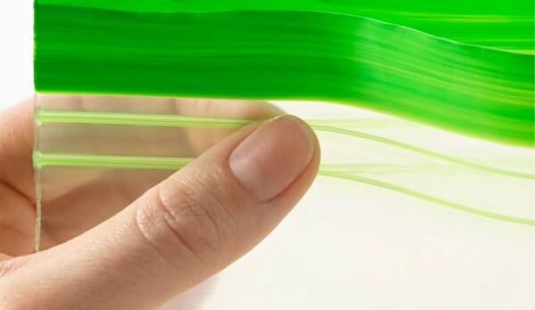 صورة عن قرب للكيس البلاستيكي ISTAD من ايكيا المصنوع في الغالب من قصب السكر، يُظهر خاصية إعادة الإغلاق.