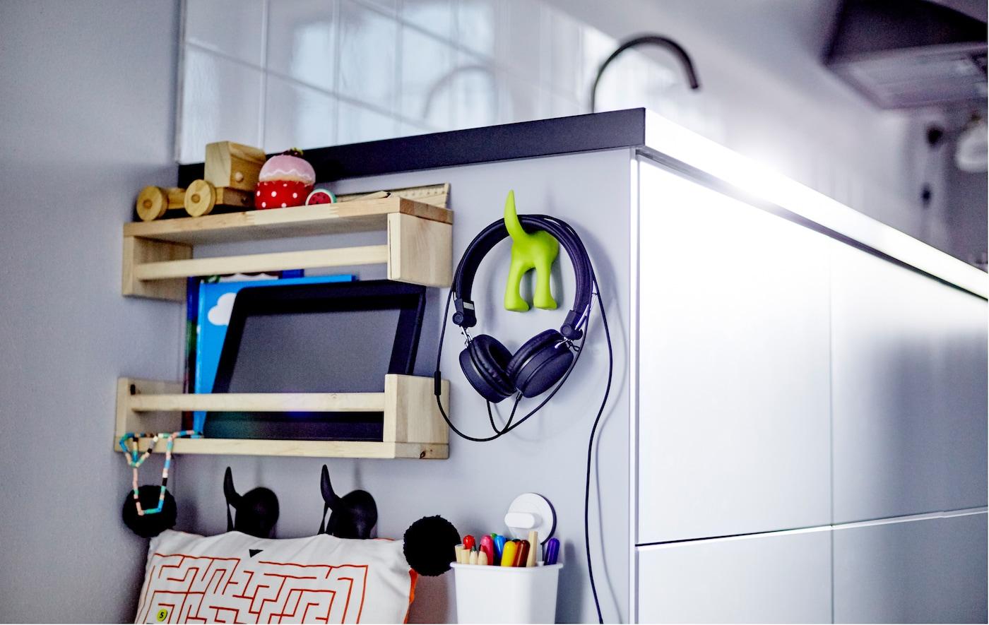 صورة مقربة لجانب خزانة مطبخ منخفضة مع ألعاب وأغراض الأطفال.