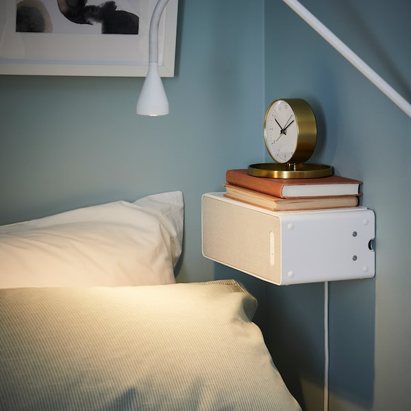SYMFONISK hvid højttaler brugt som sengebord.