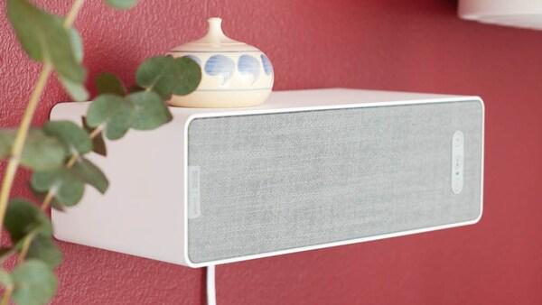 SYMFONISK Lautsprecher an einer roten Wand befestigt