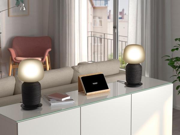 SYMFONISK stolní lampa s reproduktorem ze smart home kolekce IKEA.
