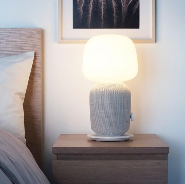 Symfonisk Tischlampe in Kooperation mit SONOS auf einem Nachttisch