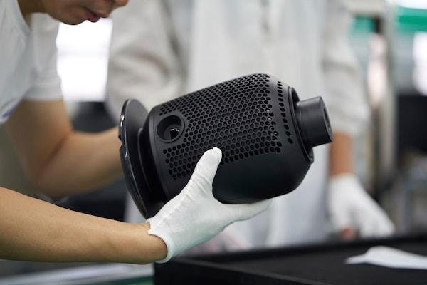 SYMFONISK Tischleuchte mit WiFi-Speaker auf in der Herstellung.