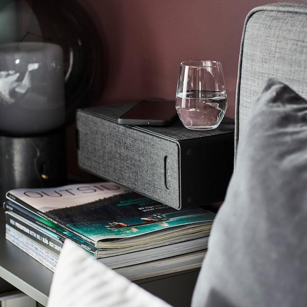 SYMFONISK Wifi-bokhyllehögtalare i sovrummet.