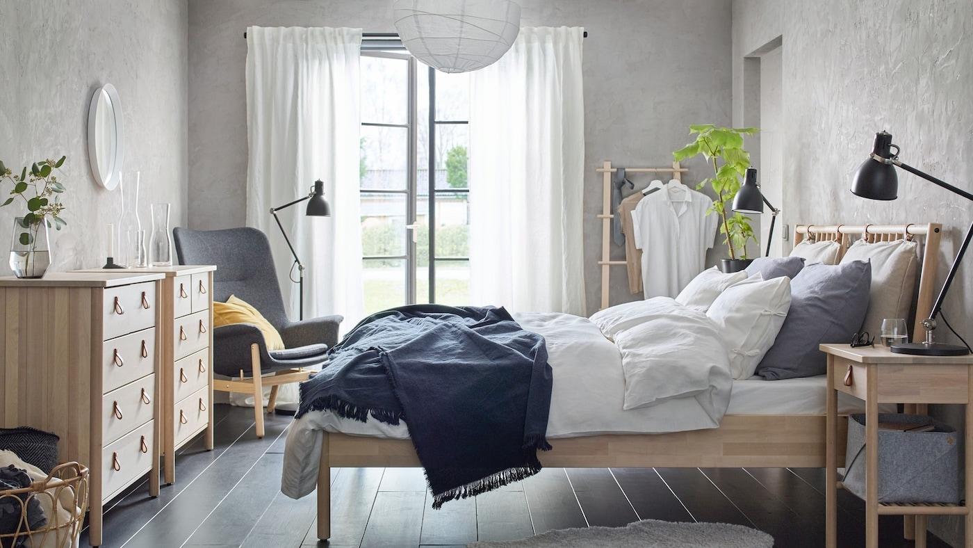 Sypialnia z brzozowymi meblmi z serii BJÖRKSNÄS.