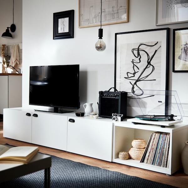 Szafka telewizyjna z serii BESTÅ z białymi frontami.