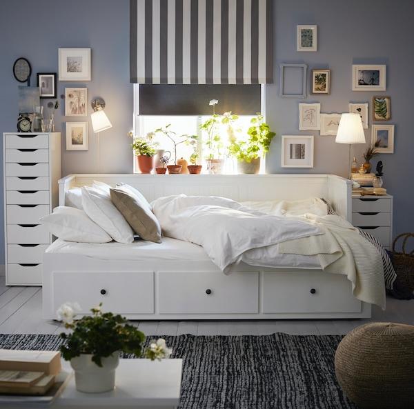 Szara sypialnia z białyą leżanką HEMNES.