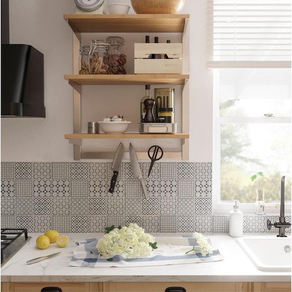 Szyna do zwieszania IKEA KUNGSFORS w okleinie jesionowej z półkami i listwa magnetyczna na noże tworzą otwarte rozwiązanie do przechowywania w kuchni.