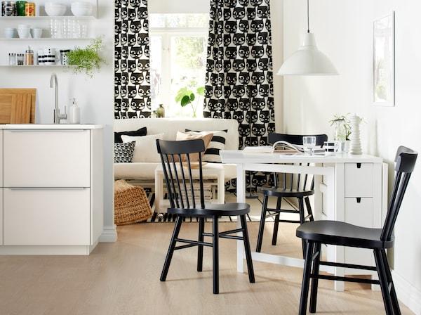 Table à rabats blanche dans petit salon monochrome