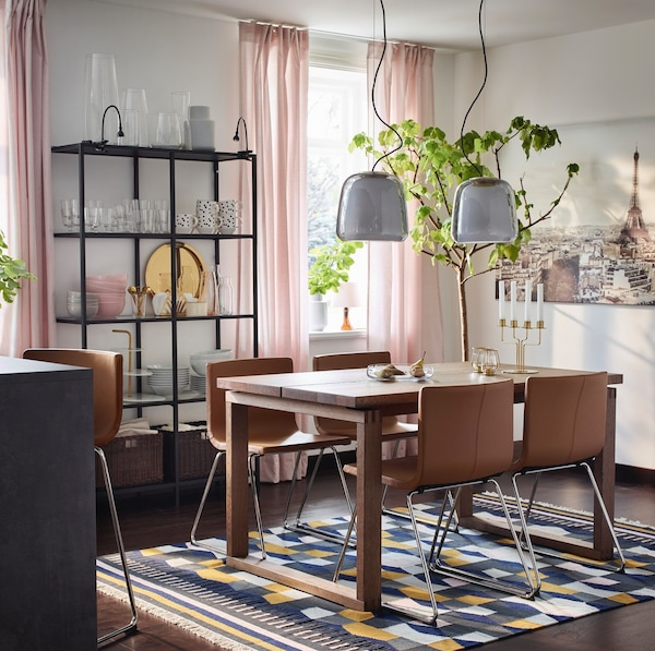 Table de salle à manger en bois MÖRBYLÅNGA  avec chaises BERNHARD marron