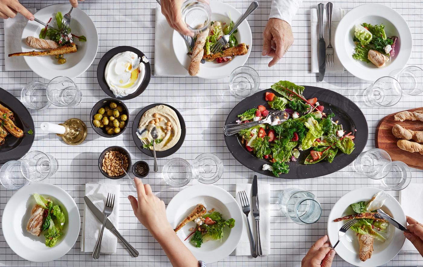 Table dressée avec salade, pain et autres, vue d'en haut.