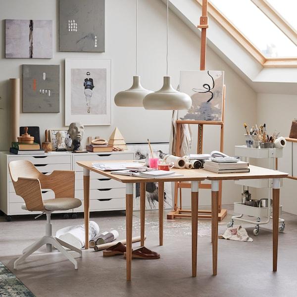 Table HILVER en bambou dans un espace de travail décoré de matériaux naturels.