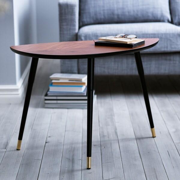 Table IKEA LÖVBACKEN devant un canapé gris.