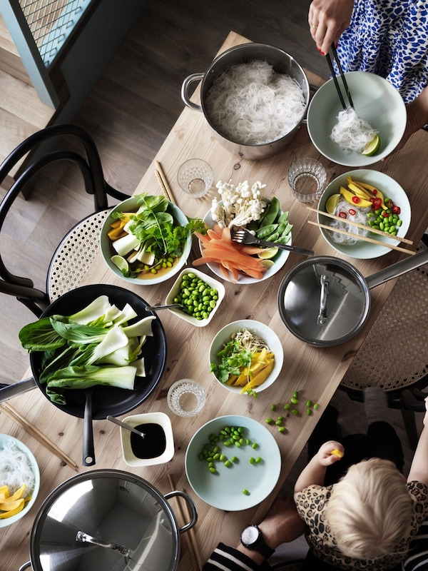 Table setting featuring pieces from OUMBÄRLIG cookware set