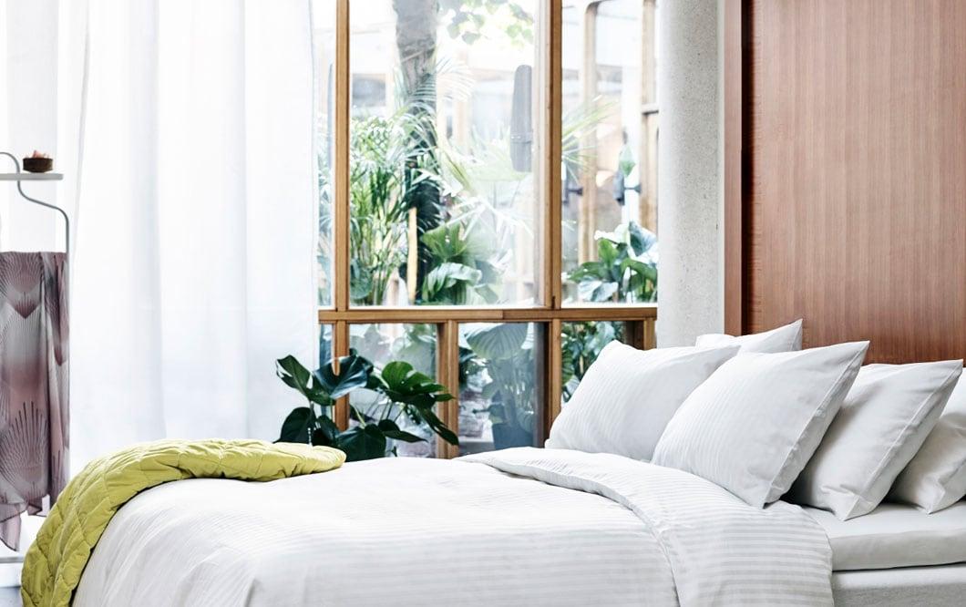 Täällä saa lepäillä ja latautua. IKEA NATTJASMIN-vuodevaatteet, pehmeä valkoinen pussilakana ja tyynyliina.