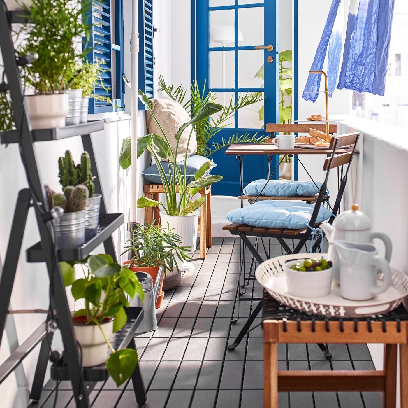 TÄRNO كراسي وطاولات من ايكيا لون بني في شرفة خارجية ضيقة.