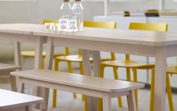 Tästä alkaa virkeä päivä. Valkoinen IKEA NORRÅKER-koivupöytä, valkoinen IKEA NORRÅKER-koivupenkki, keltainen IKEA JANINGE-tuoli ja IKEA 365+ -lasikarahvi.