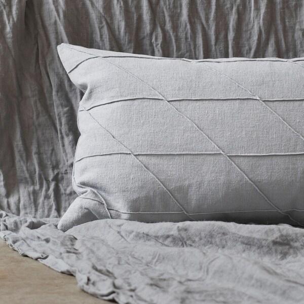 Tambah sentuhan akhir kepada sofa atau katil dengan kusyen HARÖRT berwarna ramie kelabu dengan perincian jahitan, dan berisi bulu pelepah itik. Ia memberikan rasa mewah dan mesra sentuhan yang pasti anda suka.