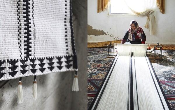 Tappeto con motivo bianco e nero e una donna che lavora al telaio - IKEA